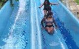 Kızların Su Kaydırağında Çarpışması