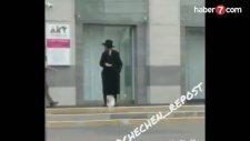 Çeçen Genç Yahudi'ye Tekme Attı