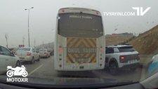 Kadın Sürücüyü Sıkıştırp Kaza Yaptıran Okul Taşıtı