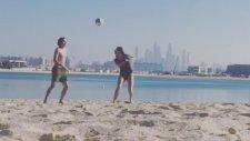 Enes Ünal Ve Güzel Sevgilisinin Kumsaldaki Futbol Gösterisi
