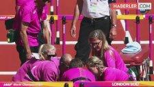 100 Metre Engellide Kadın Atlet, Engele Takılarak Yere Düştü