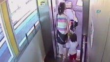 Bir Çocuğunu Asansörde Unutup Diğerini Raylara Düşüren Anne