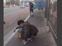 Otobüs Beklerken Sıçan Adam