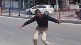 Adana'da Yol Ortasında Dans Eden Adam