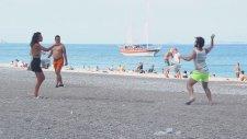Plajdaki Rastgele İnsanlarla Su Balonu Savaşı Yapan Ekip