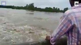 Hindistan'da Sel Sularına Kapılan Anne Ve Çocukları