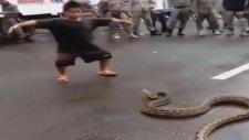 Küçük Çocuğun Yılanla Oyunu
