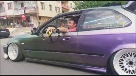Direksiyonu Yerinden Çıkarıp Arabasını Sürmeye Devam Eden Sürücü