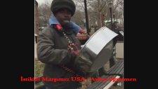 İstiklal Marşımızı Çalan Sokak Müzisyeni Yer Usa Türkiyemizin Milli Marşını Abd De Dinlemek